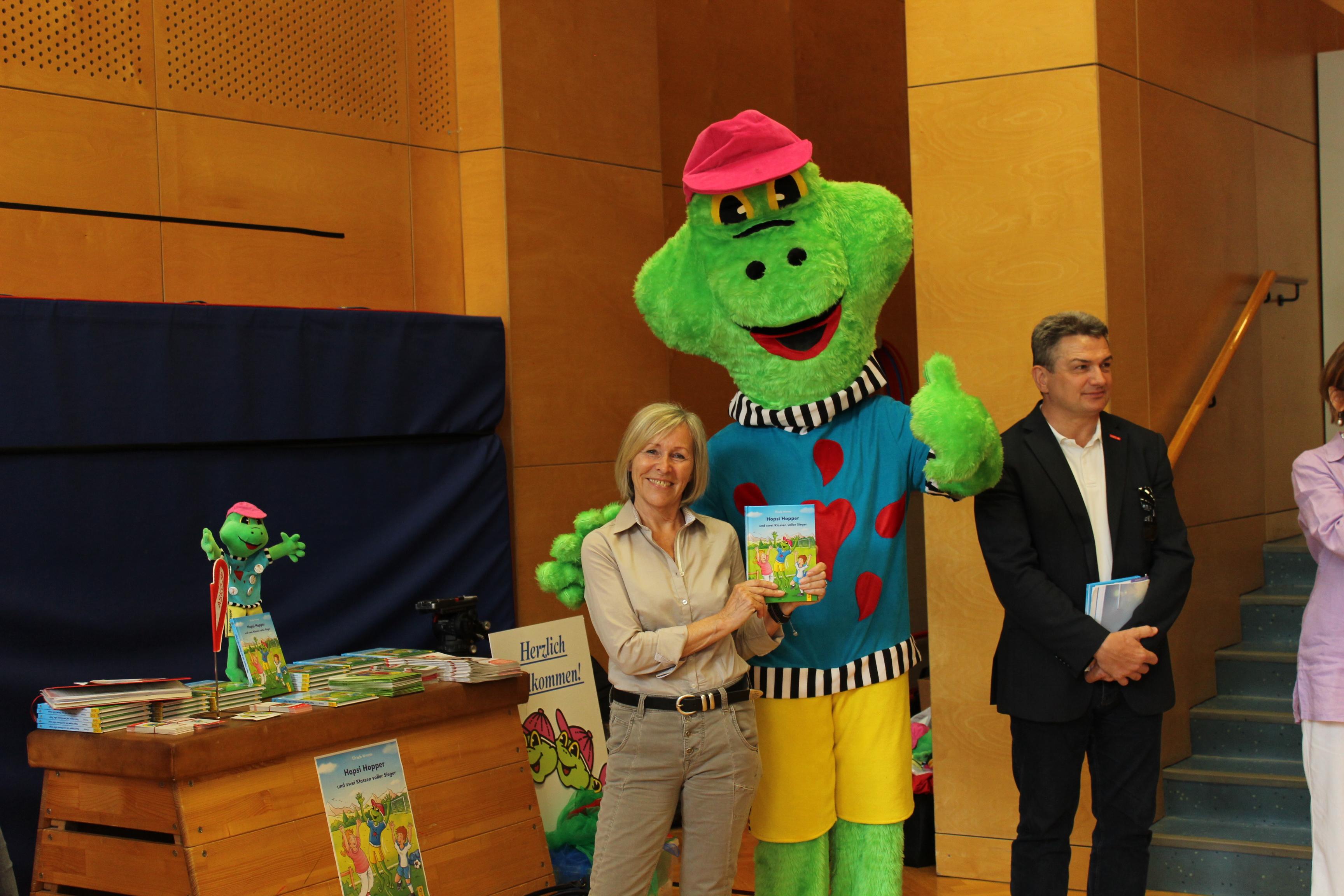 Hopsi Hopper und Elfriede Wimmer, Buchpräsentation Europaschule (c) Ernst Wimmer