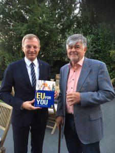 Der oberösterreichische Landeshauptmann Mag. Thomas Stelzer (links) und Otmar Lahodynsky (Autor und Redakteur bei profil)